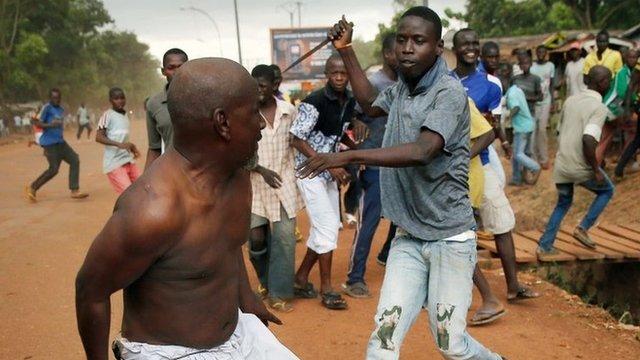 Нападение с ножем на мусульманина возле аэропорта в Банги, Центрально-Африканская Республика, понедельник 9 декабря 2013. AP 12/9/13 By Lolita C. Baldora of Associated Press