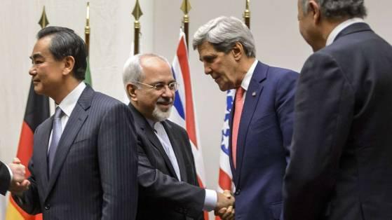 Министр иностранных дел Ирана Мохаммад Джавад Зариф пожимает руку госсекретаря США Джона Керри. 24 ноября 2013 Женева