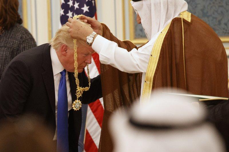 Саудовский король Салман награждает президента Дональда Трампа с медалью Абдулазиза Аль Сауда во Дворце королевского двора в субботу, 20 мая 2017 года, в Эр-Рияде. (AP Photo / Evan Vucci)