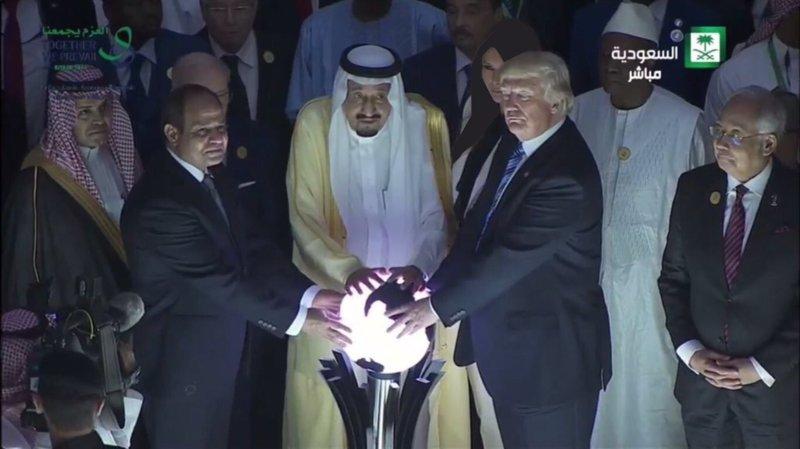 Президент США Дональд Трамп, президент Египта Абдель Фаттах ас-Сиси и король Саудовской Аравии Салман ибн Абдул-Азиз Аль Сауд сфотографировались у светящегося глобуса на открытии арабо-американского саммита, посвященный борьбе с терроризмом, 21 мая, Эр-Рияд.