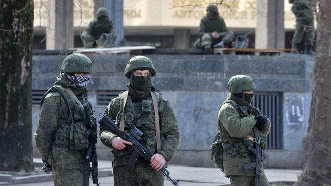 Военные без опознавательных знаков захватили Верховный Совет Крыма